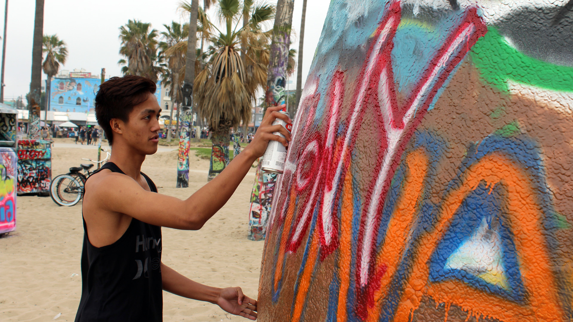 Anthony Estalilla painting at Venice Beach